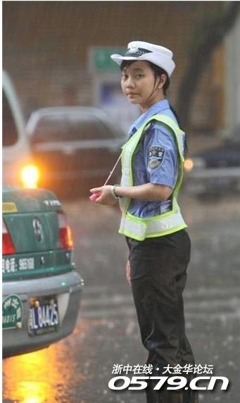 街头最美女交警冒暴雨指挥交通