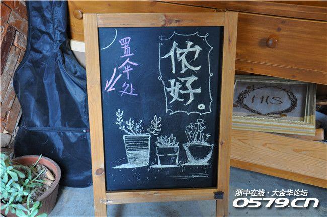 推门而入,小黑板,现在一般的咖啡店都有这块照片,也不算新鲜了.