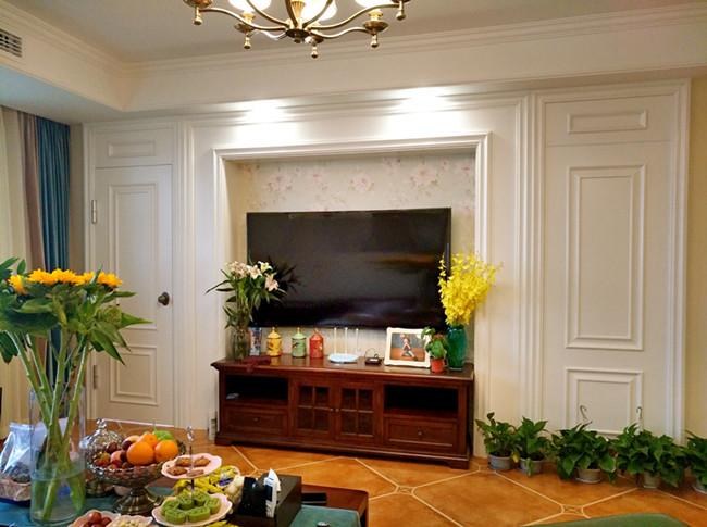 电视背景墙采用花纹壁纸和边框,立体感十足!两边的隐形门均匀对称.
