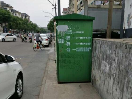 如此窄的人行道,还放一只垃圾箱和爱心衣物