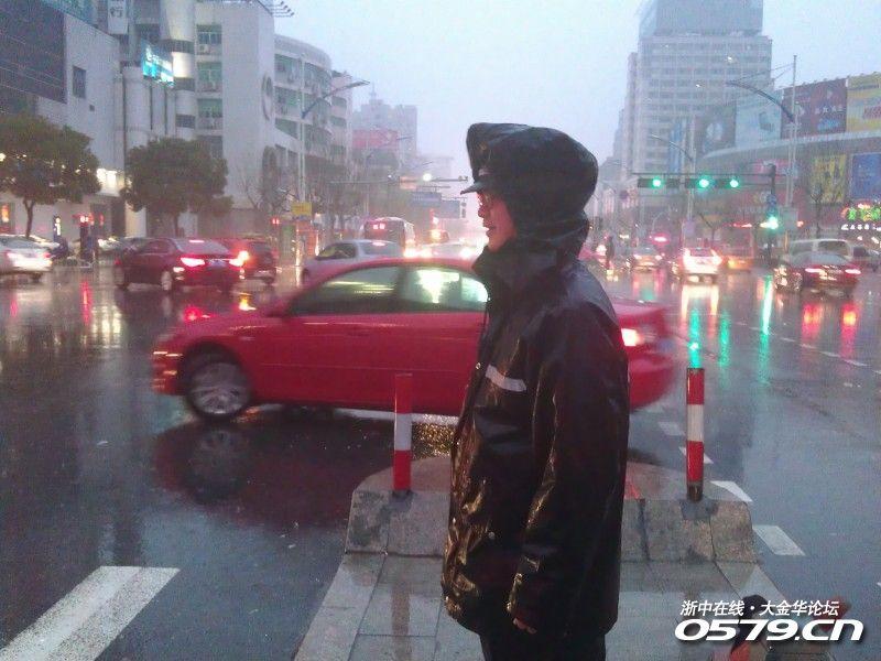 边的眼镜兄已经被雨淋透了-坑爹的大雨,坑爹的晚高峰 0579浙中车