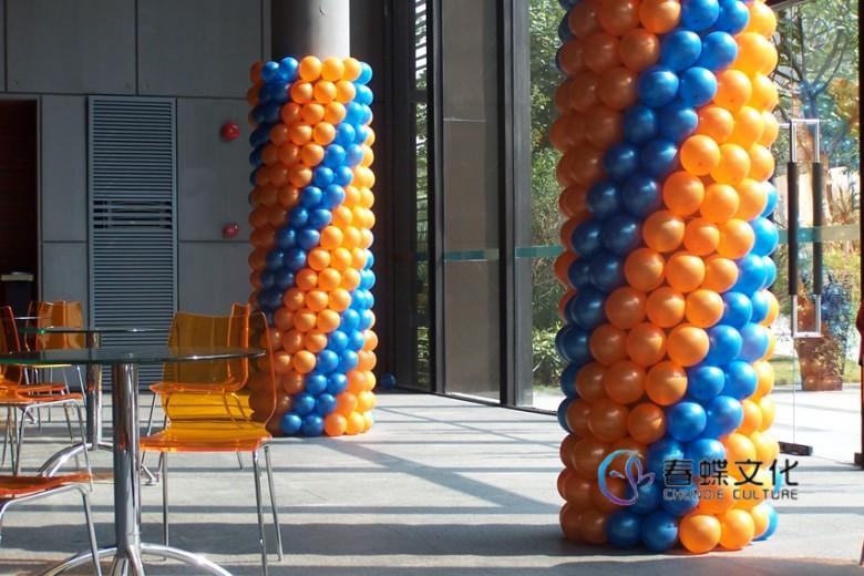 气球装饰是一种在杭州正在兴起的时尚艺术,它用气球作为主体材料,巧妙地编织成各种造型、图案或文字,给人们强烈的视觉冲击,您可以利用气球定做各种款式规格颜色的气球拱门、气球立柱、气球场景等。对于各种婚礼、晚会、庆典或大型广场活动等场合都非常适用,有助于烘托欢乐气氛,制造热烈场面,带来非同寻常的感受。   杭州春蝶文化创意有限公司是一家专业彩球装饰及商业庆典用品服务公司,主营从事彩球装饰服务,能够根据客户的要求制作各式气球装饰造型、气球拱门、气球背景,气球路引,气球喜亭、氦气球放飞等,承接商业活动、婚礼庆祝