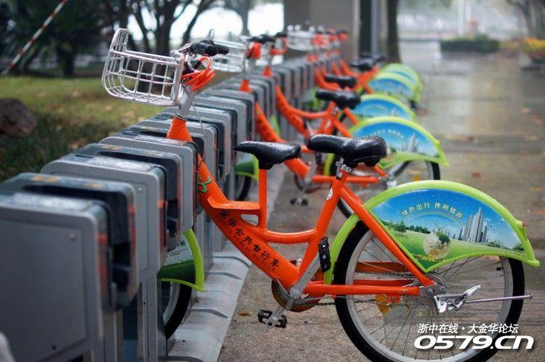 一边是空荡荡的停车位,一边则是被铁索固定的自行车?