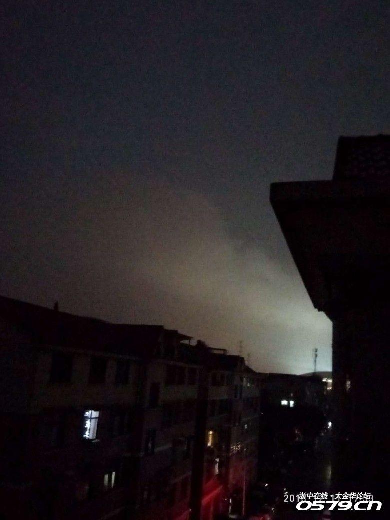 秋滨工业区浓烟滚滚,消防车呼啸而过。